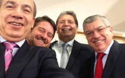 Sigue Calderón moda de 'selfies'